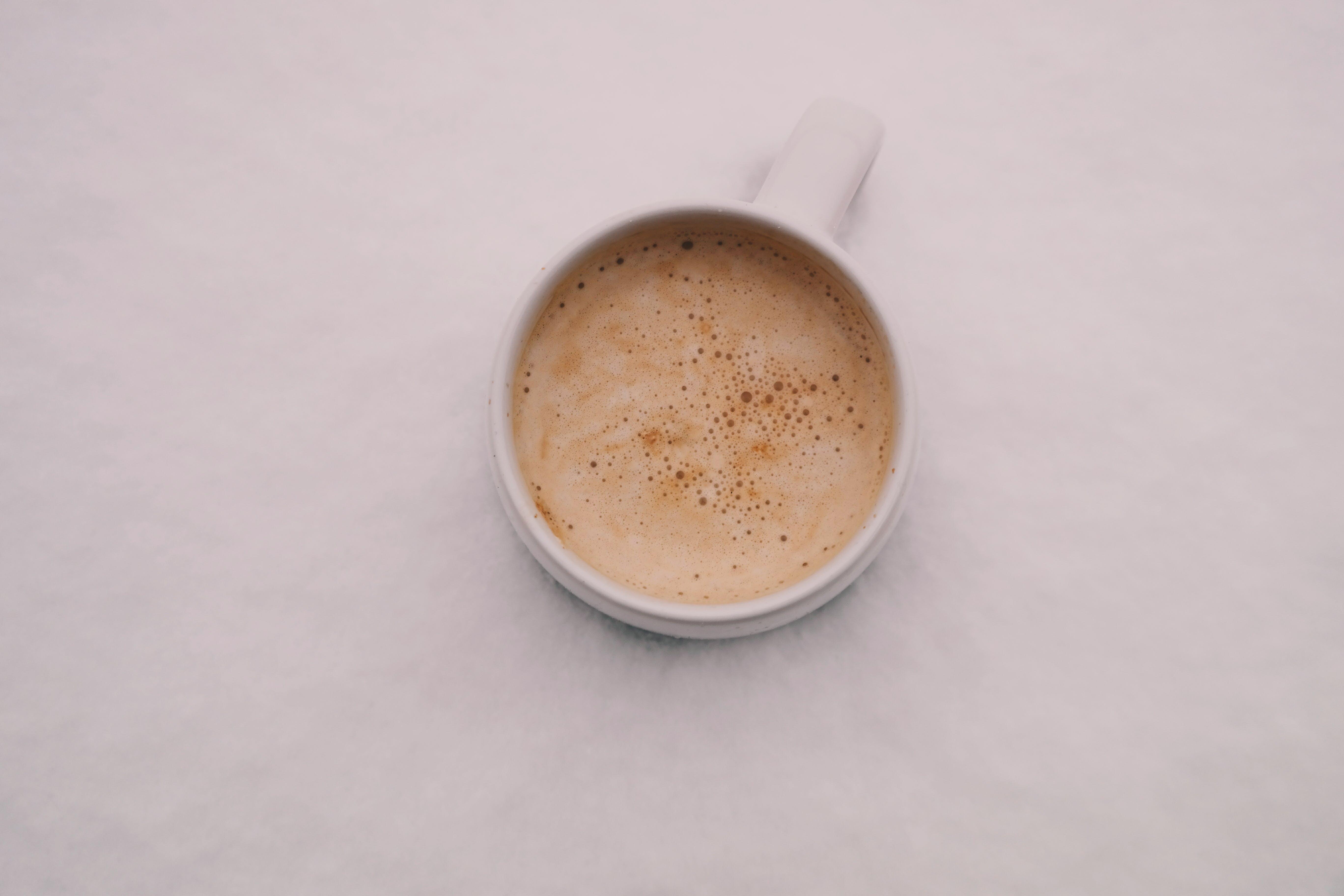 bir fincan kahve, cappuccino, espresso, Fincan içeren Ücretsiz stok fotoğraf