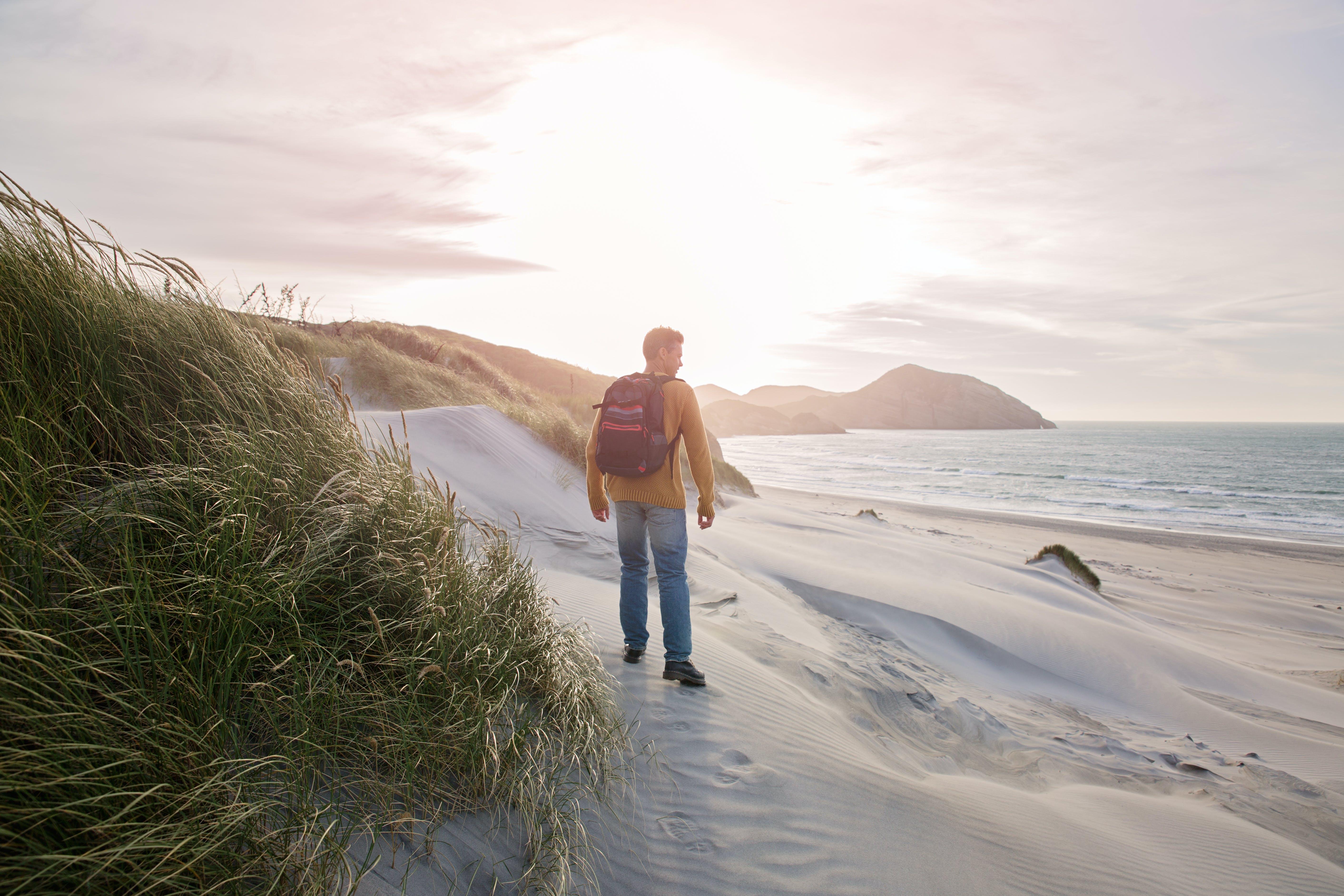 Základová fotografie zdarma na téma batoh, chůze, denní světlo, duny