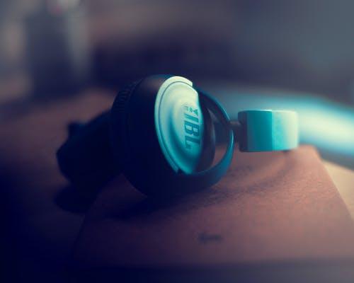 jbl, jbl kulaklık, kulaklıklar içeren Ücretsiz stok fotoğraf