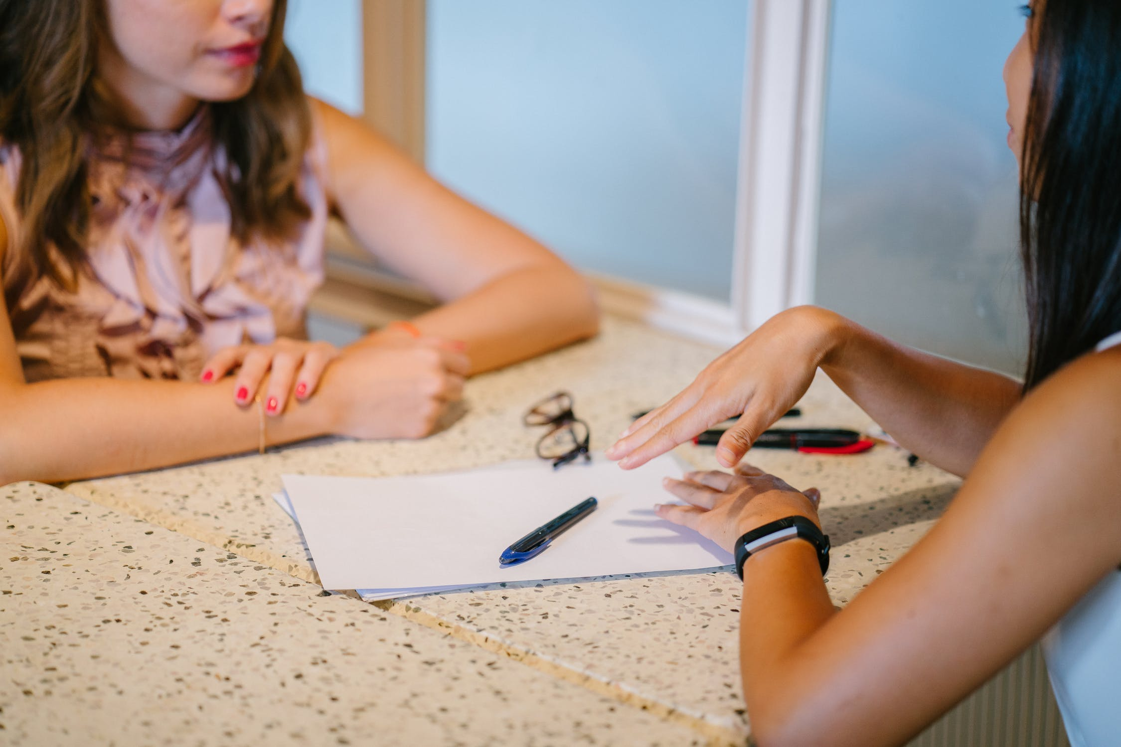 10 Percent Life  Blog ¿Cómo Saber Si Necesitas Un Coach o Un Mentor? | coachy coachee | 2 mujeres conversando