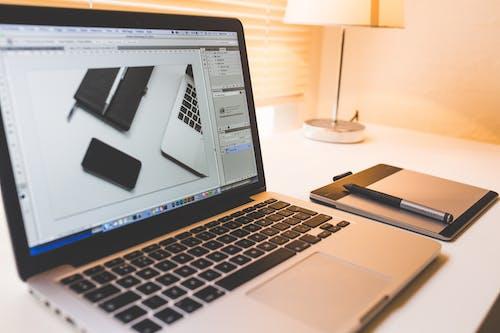 Foto profissional grátis de Adobe Photoshop, computador portátil, eletrônicos, maçã