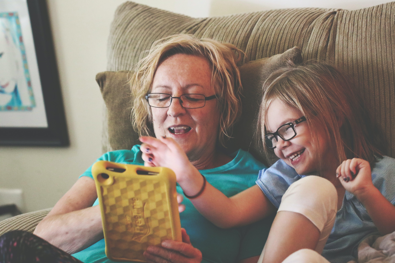 Kostenloses Stock Foto zu menschen, frau, sitzen, technologie