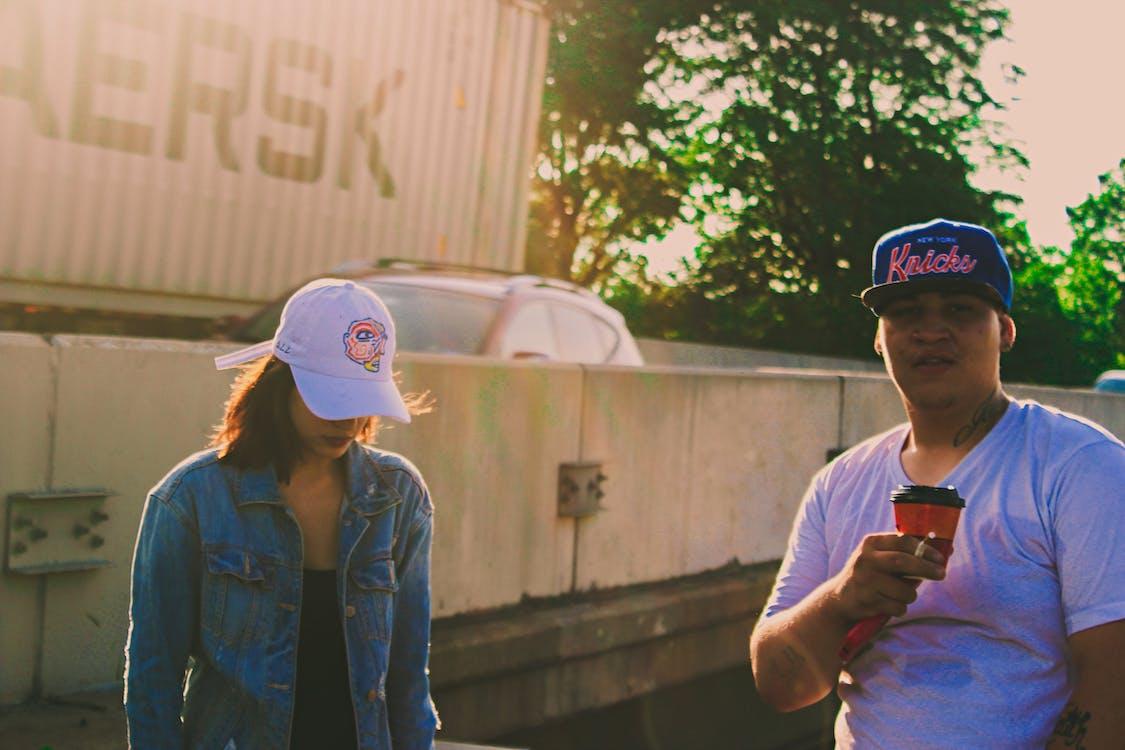 baseballová čepice, denní světlo, dvojice