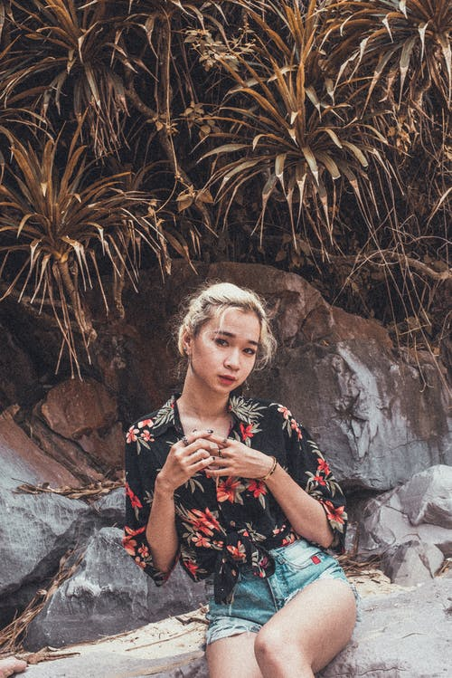Základová fotografie zdarma na téma asiatka, asijská holka, holka, kámen