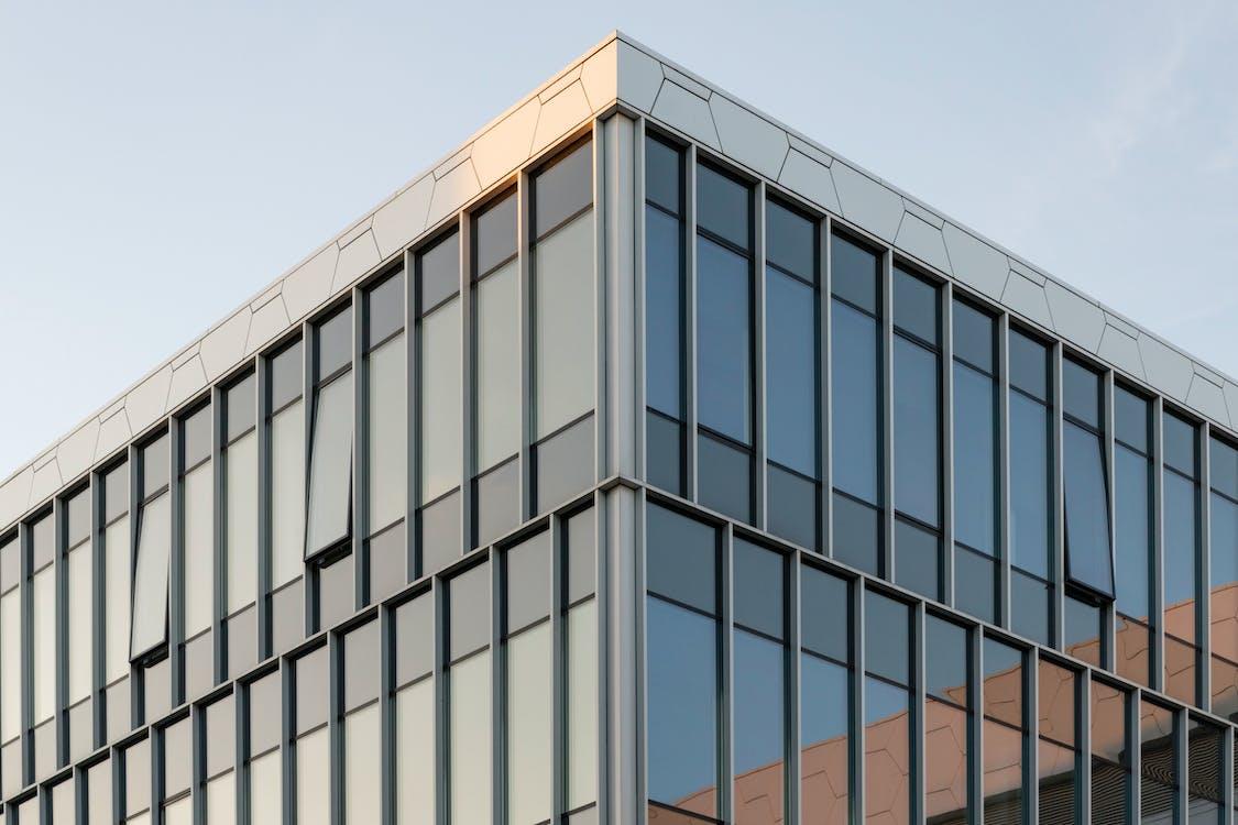 Glasbedeckter Gebäudetag Tagsüber