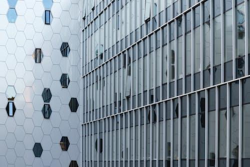 Ingyenes stockfotó ablakok, építészet, építészeti részletek, fényvisszaverődés témában