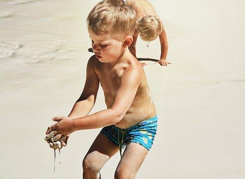 Бесплатное стоковое фото с дети играют, летнее время, лето, песок