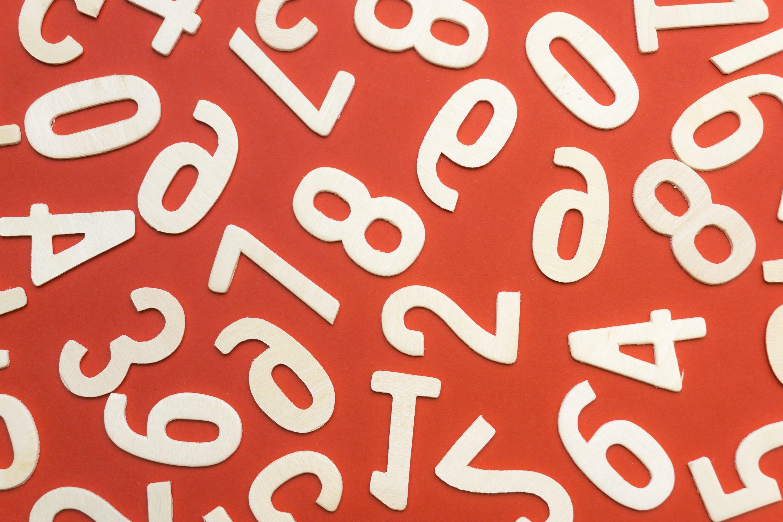 Kostenloses Stock Foto zu konzept, nummern, rotem hintergrund, stil