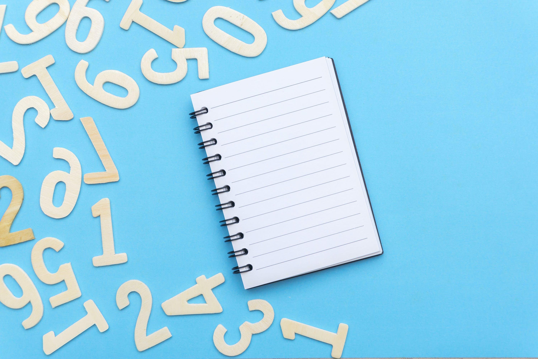 Kostenloses Stock Foto zu blauem hintergrund, konzept, notizbuch, nummern