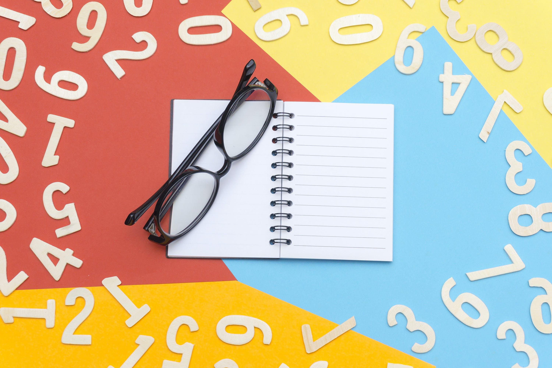 Kostenloses Stock Foto zu brille, brillen, konzept, notizbuch