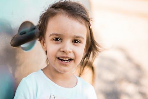 Gratis lagerfoto af barn, bil, brunt hår, børneportræt