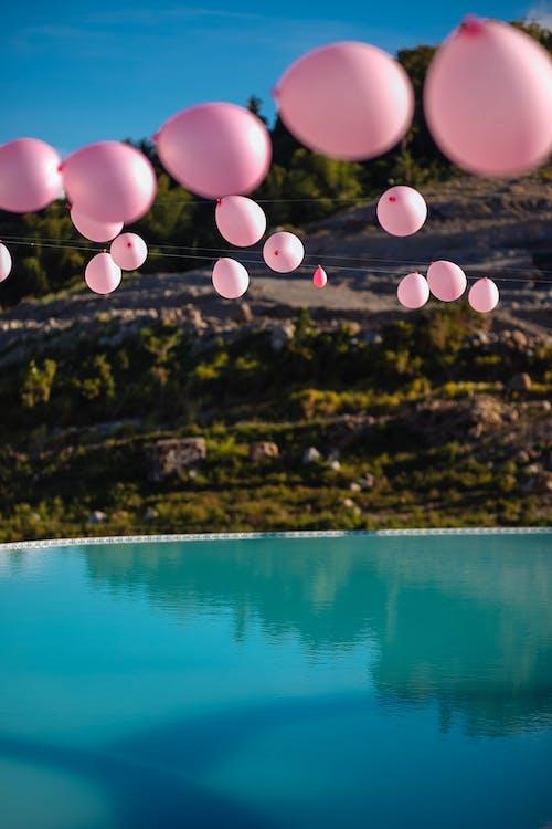 ぶら下がっているピンクの風船