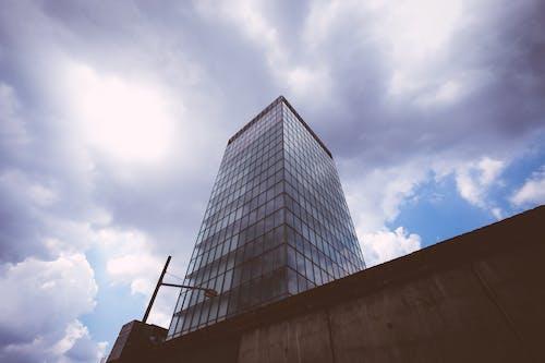 Darmowe zdjęcie z galerii z architektura, budynek, chmury, drapacz chmur