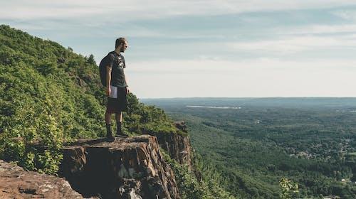 Foto d'estoc gratuïta de a un penya-segat, aventura, caminada, home