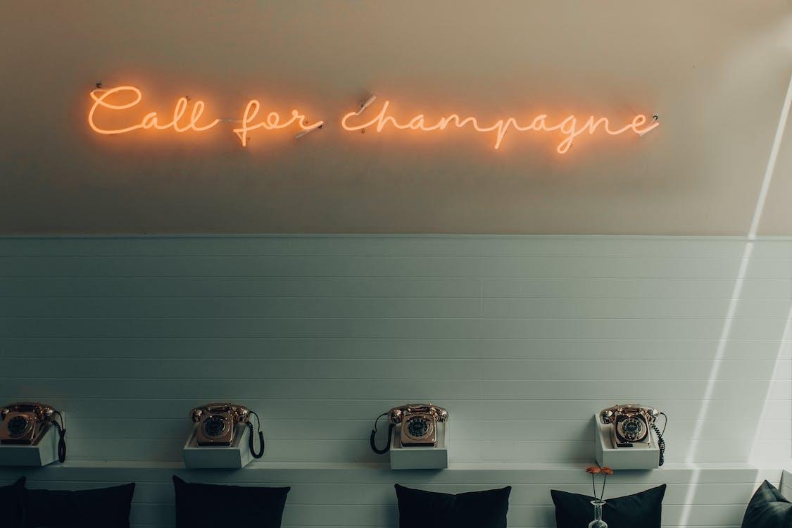 Leuchtend Gelber Ruf Nach Champagner Beschilderung