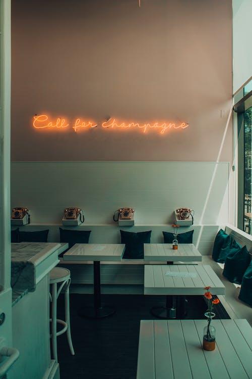 Gratis arkivbilde med bord, interiørdesign, neonlys, retro