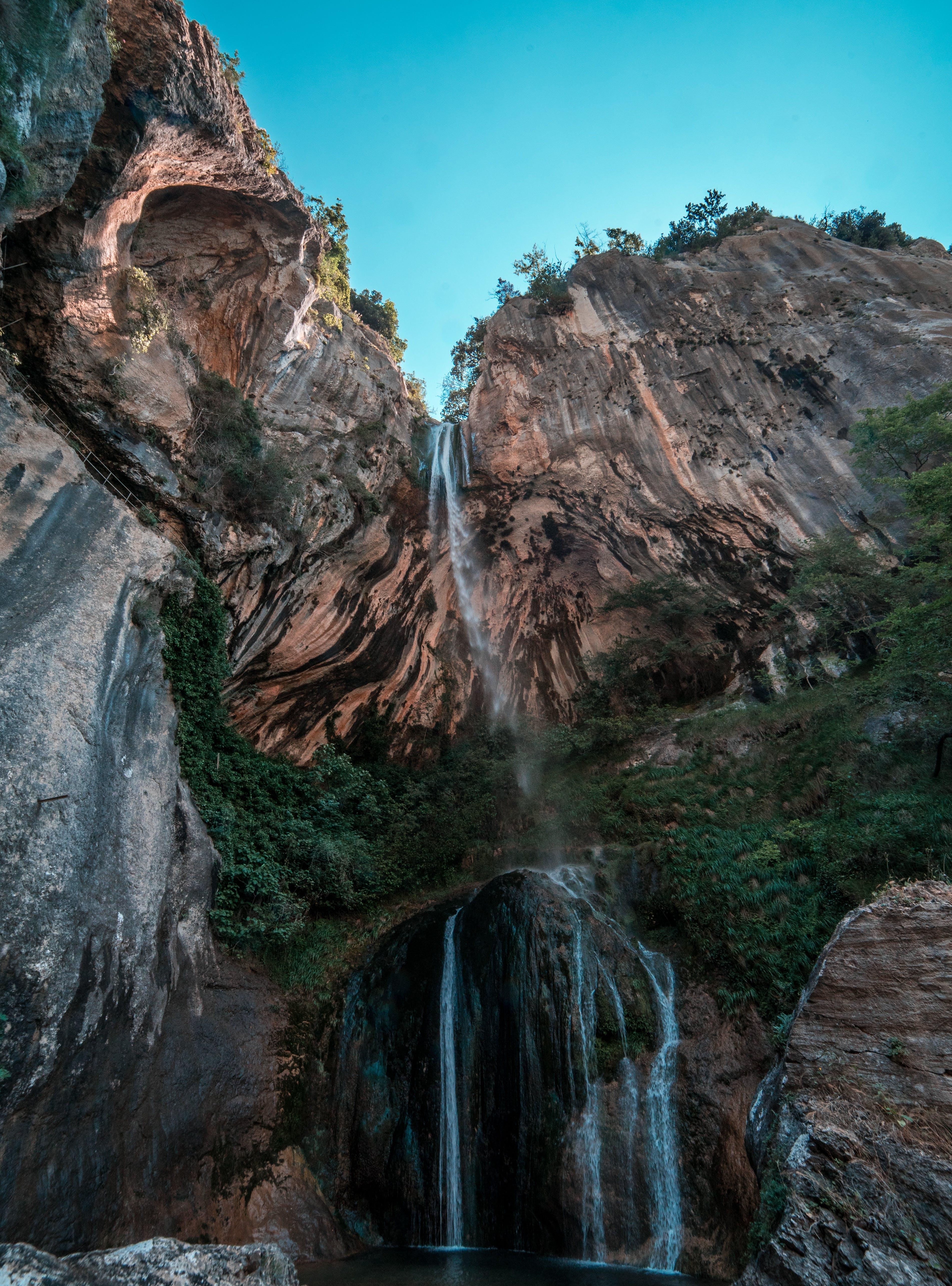 Gratis lagerfoto af bjerg, dagslys, kaskade, lavvinkelskud