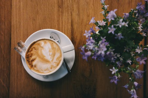 Gratis lagerfoto af blomster, cappuccino, drink, flatlay