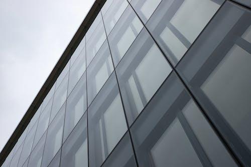Ingyenes stockfotó ablakok, alacsony szögű felvétel, építészeti terv, épülethomlokzat témában