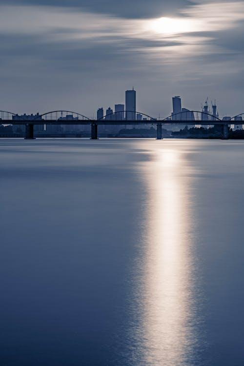 คลังภาพถ่ายฟรี ของ longexposure, ตะวันลับฟ้า, มีเมฆมาก, มืด