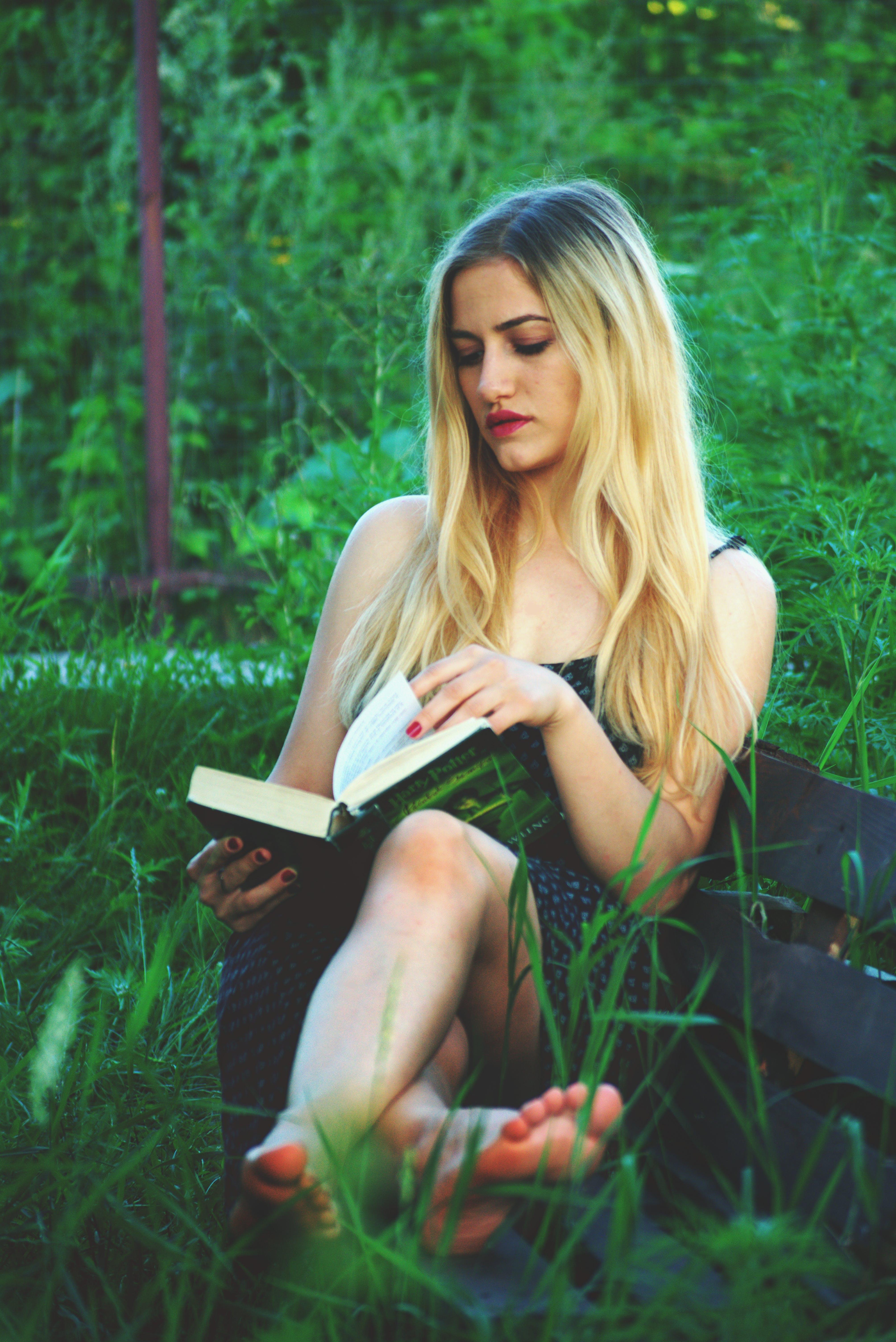 Kostenloses Stock Foto zu bank, blond, entspannung, frau