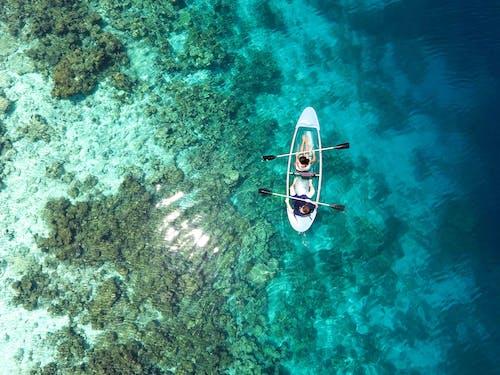 Foto profissional grátis de aerofotografia, água, barco, de cima