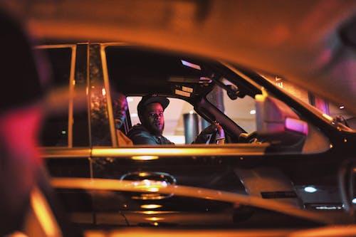 Foto d'estoc gratuïta de automòbils, buscant, conducció, cotxes