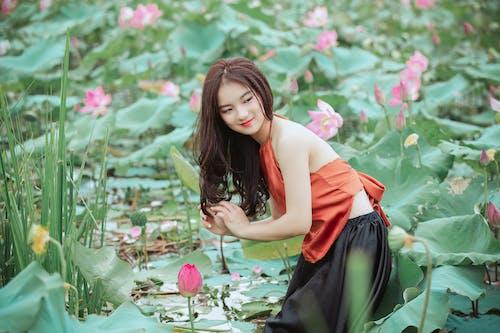 Gratis arkivbilde med asiatisk jente, asiatisk kvinne, blomster, flora