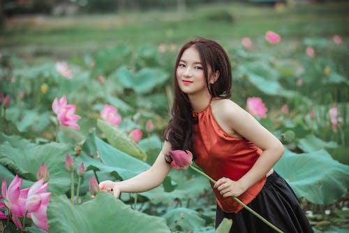 꽃, 사람, 소녀, 식물군의 무료 스톡 사진