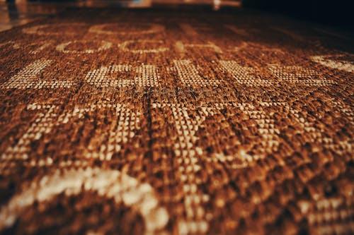 Бесплатное стоковое фото с латте на коричневатом ковре