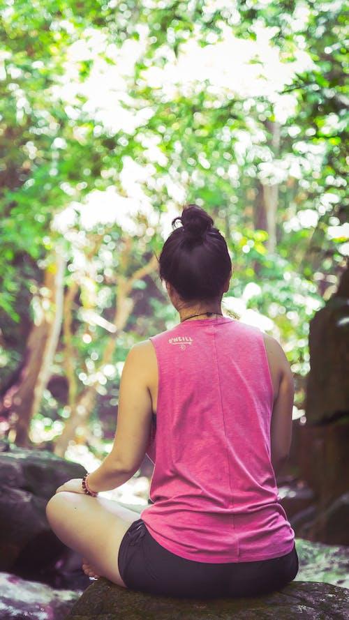 Бесплатное стоковое фото с вид сзади, деревья, зеленый, медитировать