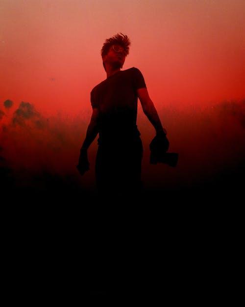 Základová fotografie zdarma na téma červené a černé pozadí, červené pozadí, muž, osoba
