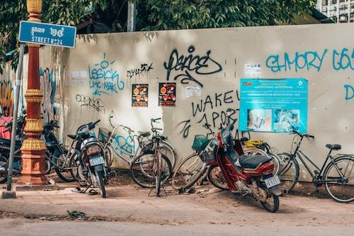 Kostnadsfri bild av cyklar, fordon, gata, gatukonst