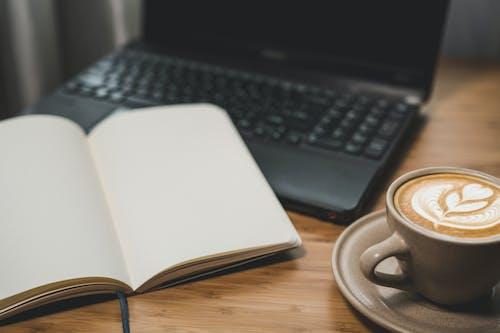 Foto profissional grátis de balcão, bebida, caderno, café