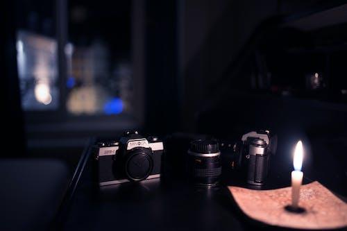 Darmowe zdjęcie z galerii z aparat, biegi, biurko, ciemny