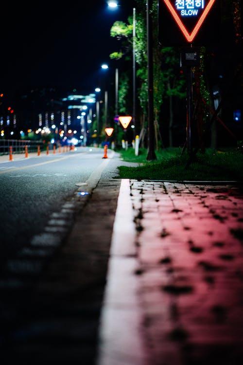 Gratis arkivbilde med by, gate, refleksjon, rød