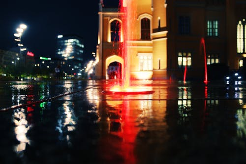 akşam, aydınlatılmış, binalar, bulanıklık içeren Ücretsiz stok fotoğraf