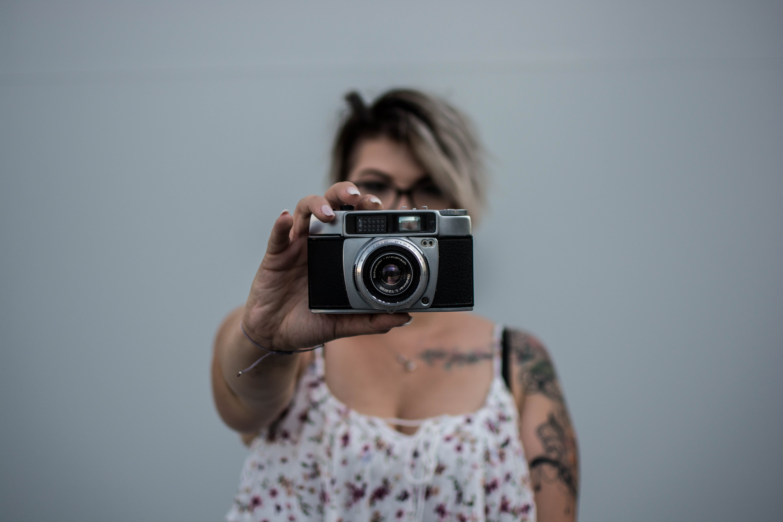 Kostenloses Stock Foto zu abdeckung, alte kamera, erwachsener, fashion
