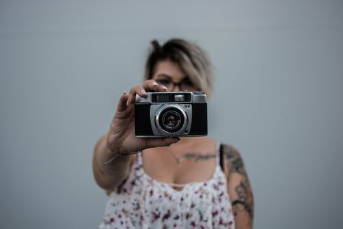 Foto profissional grátis de adulto, câmera, câmera antiga, capa