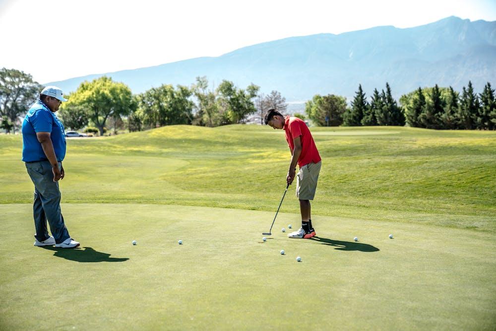 Two men playing golf. | Photo: Pexels
