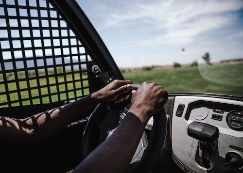 Gratis lagerfoto af bil, bilist, golfvogn, person