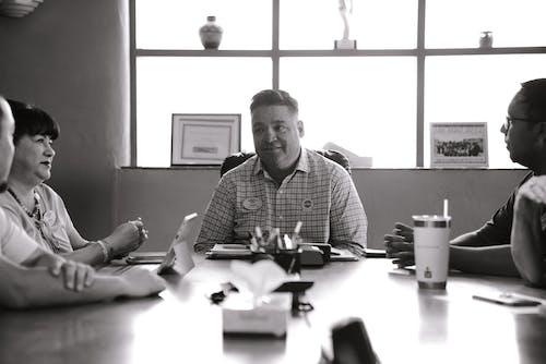 Gratis stockfoto met afspraak, bureau, discussie, eenkleurig