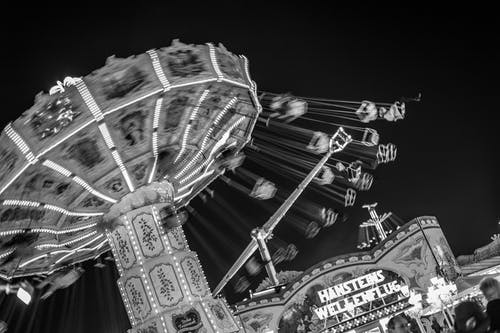 Ilmainen kuvapankkikuva tunnisteilla hauska karuselli, mustavalkoinen, tivoli, yö