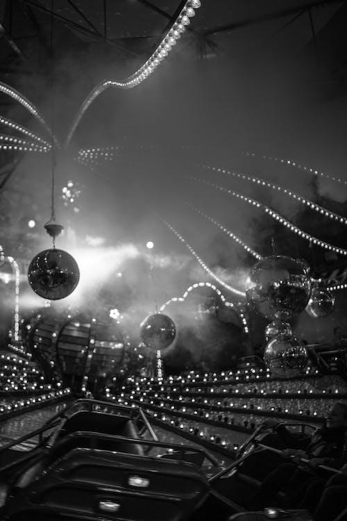 lunapark, lunapark atlıkarınca, sisli, siyah beyaz içeren Ücretsiz stok fotoğraf