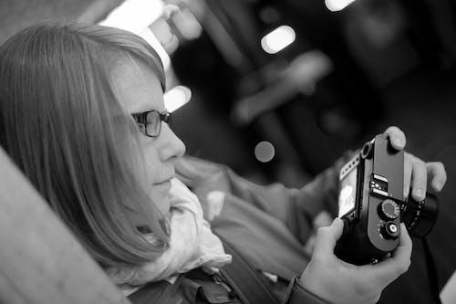 Ilmainen kuvapankkikuva tunnisteilla kamera, kuvaaja, mustavalkoinen, naine