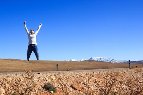 Foto d'estoc gratuïta de àrid, blau, carretera, cel