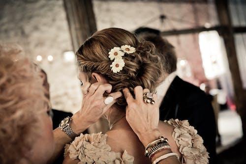 Fotos de stock gratuitas de arreglando, Boda, cabello, manos