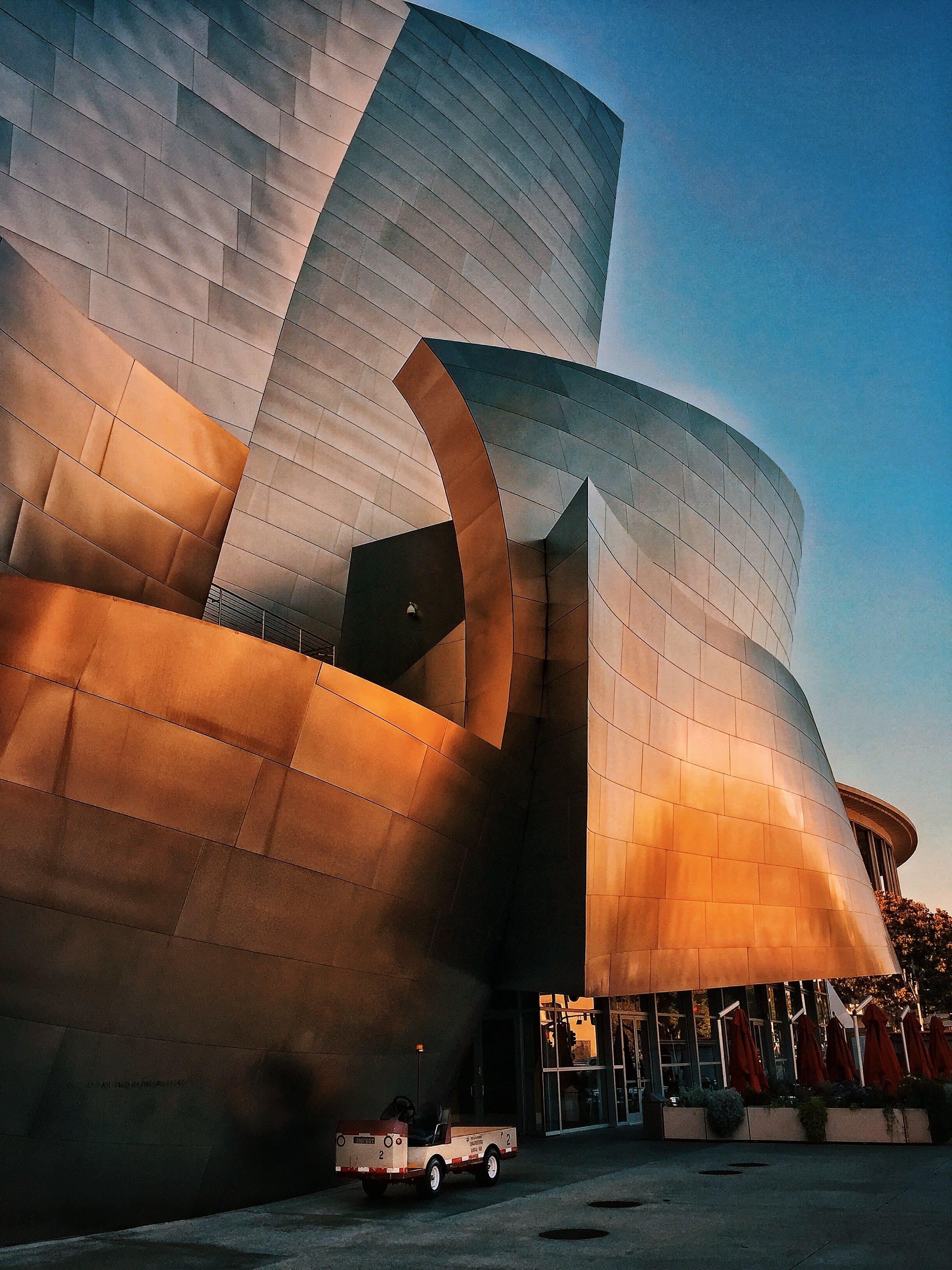 Kostenloses Stock Foto zu architektonisches detail, architektur, architekturdesign, blauer himmel