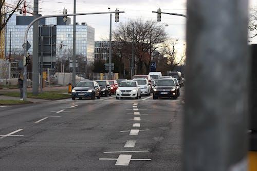 Foto profissional grátis de automóveis, cruzamento, farol, rua