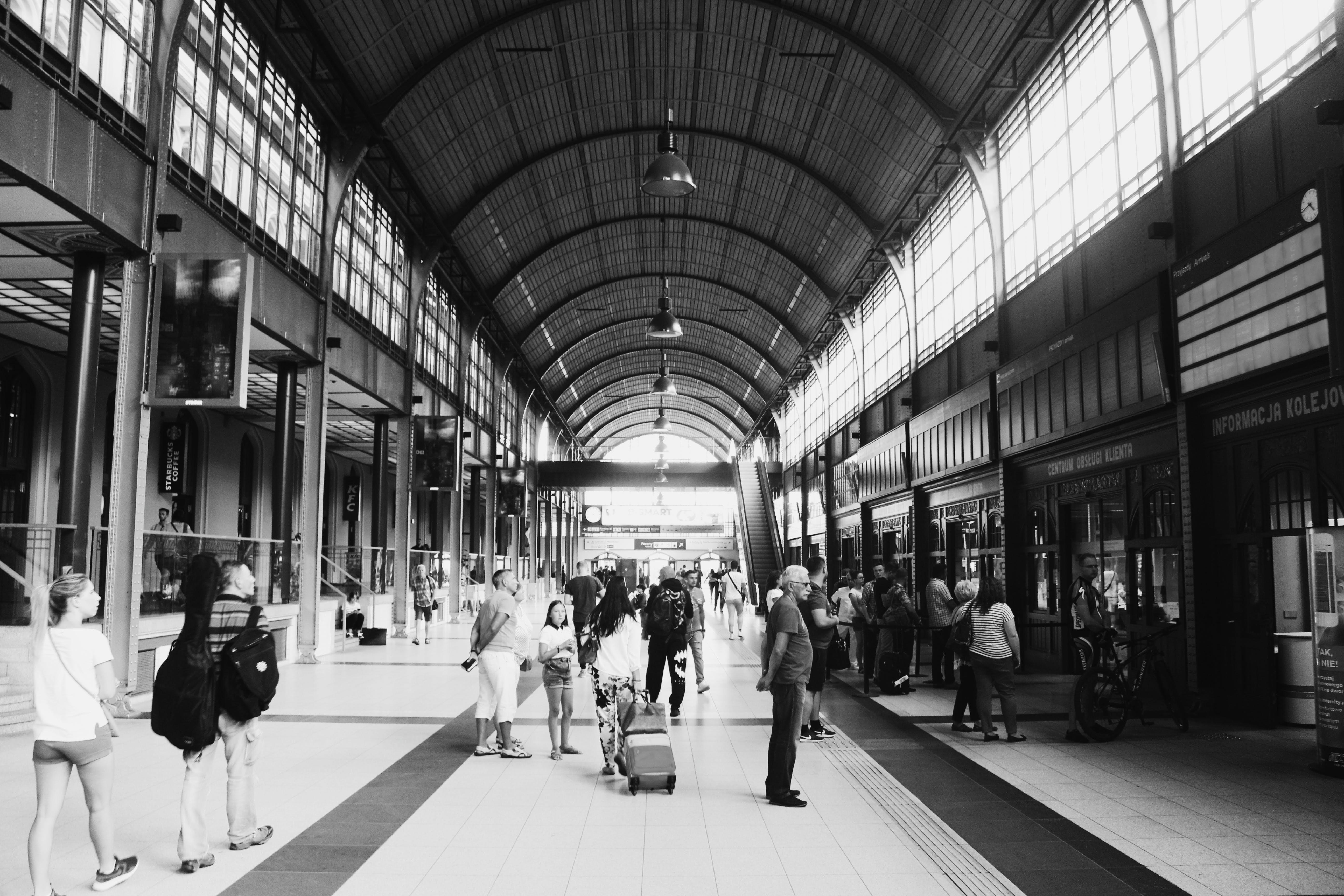 Darmowe zdjęcie z galerii z architektura, czarno-biały, handel, ludzie